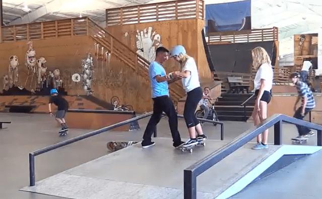 How to ride skate, beginners. Remaining standing on skateboard